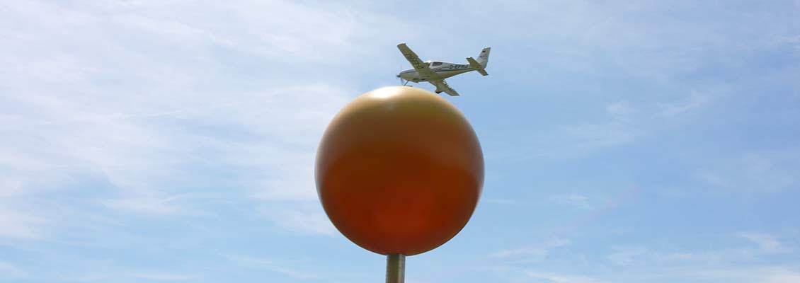 Sonnenmodell am Donauplanetenweg mit Flugzeug